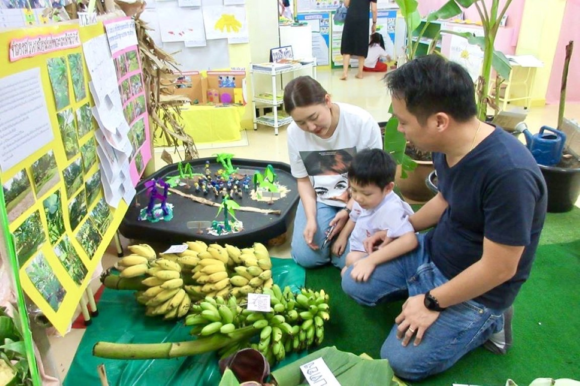 ผู้ปกครองเยี่ยมชมนิทรรศการ Project Approach เรื่องกล้วย