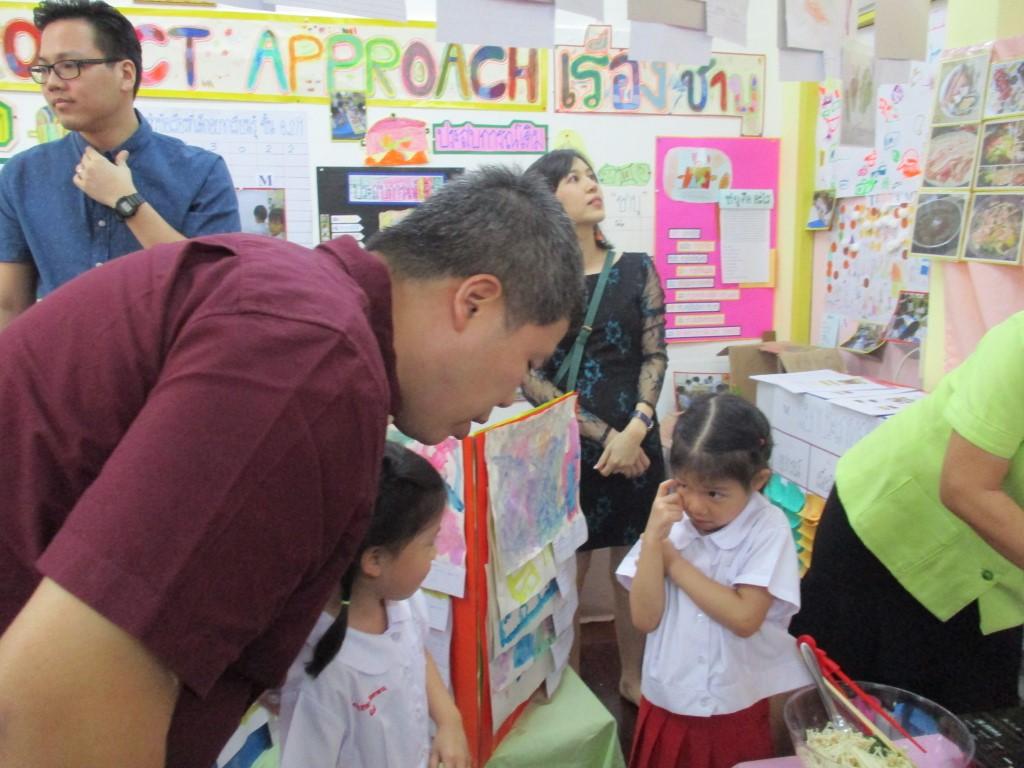 ผู้ปกครองเยี่ยมชมนิทรรศการ Project Approach เรื่องชาบู