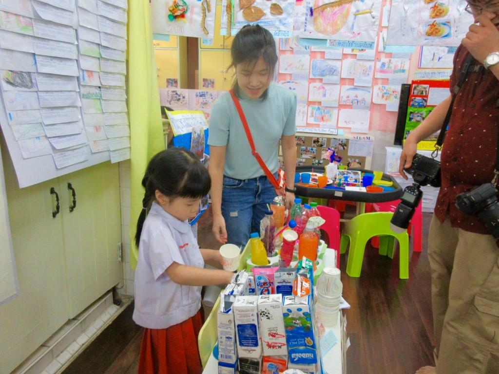 ผู้ปกครองเยี่ยมชมนิทรรศการ Project Approach เรื่องร้านอาหาร