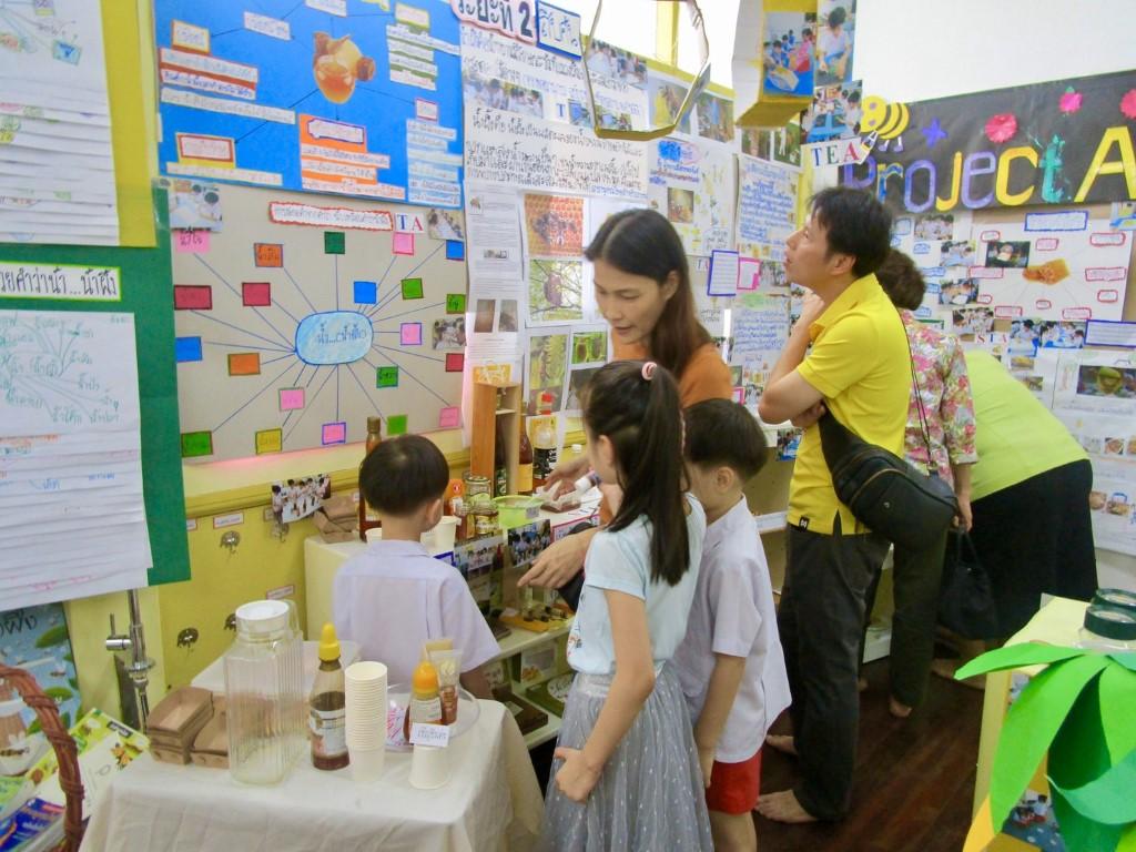 ผู้ปกครองชมนิทรรศการ Project Approach เรื่องน้ำผึ้ง