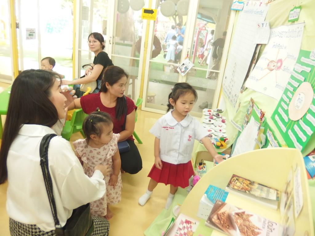 ผู้ปกครองเยี่ยมชมนิทรรศการ Project  Approach  เรื่องโดนัท