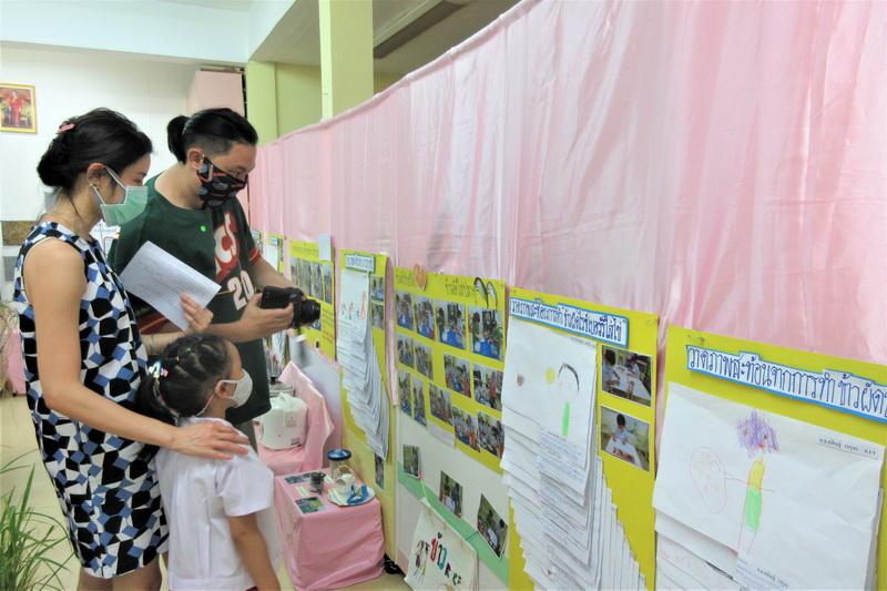 ผู้ปกครองเยี่ยมชมนิทรรศการ Project Approach เรื่องข้าว