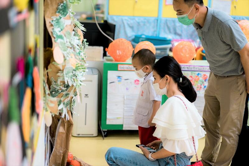 ผู้ปกครองเยี่ยมชมนิทรรศการ Project Approach เรื่องส้ม