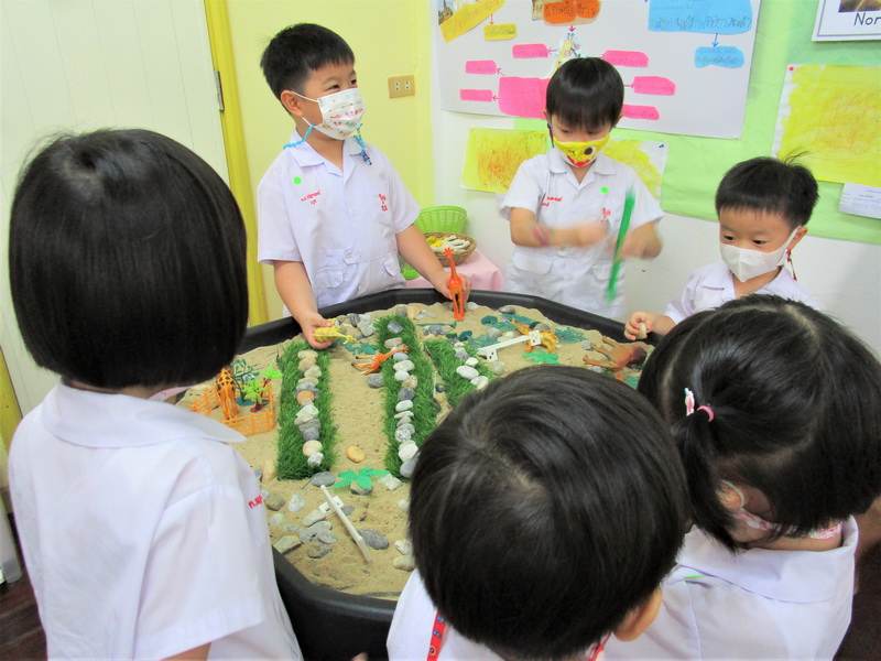 ผู้ปกครองเยี่ยมชมนิทรรศการ Project Approach เรื่องยีราฟ