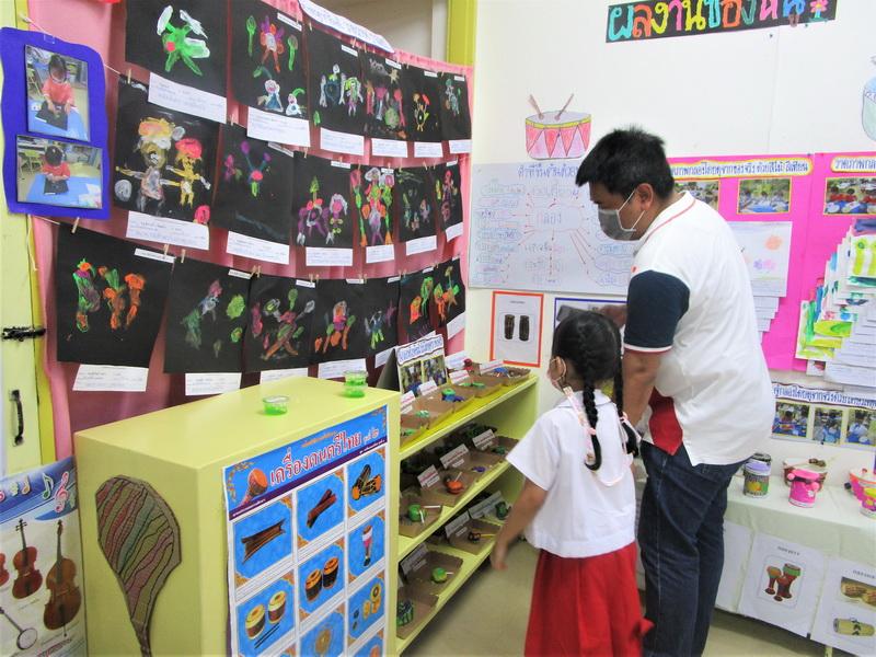 ผู้ปกครองเยี่ยมชมนิทรรศการ Project Approach เรื่องกลอง