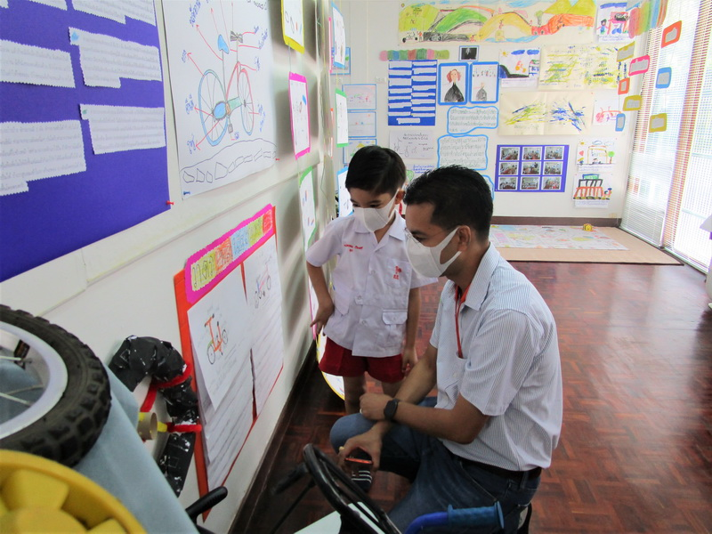 ผู้ปกครองเยี่ยมชมนิทรรศการ Project Approach เรื่องจักรยาน
