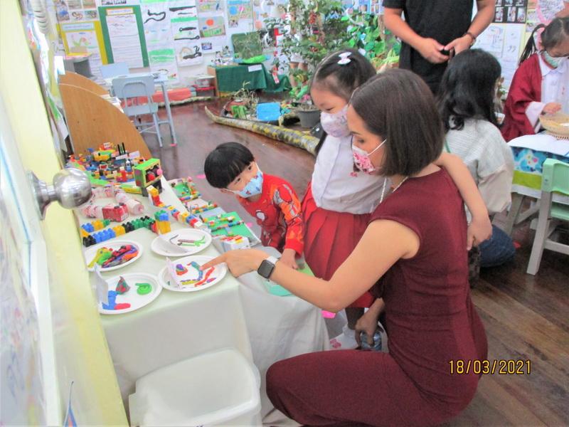 ผู้ปกครองเยี่ยมชมนิทรรศการ Project Approach เรื่องงู